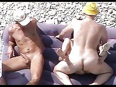 Zrelý suka na pláži